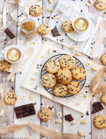 Biscotti con Gocce di Cioccolato Facili, con Variante al Cacao
